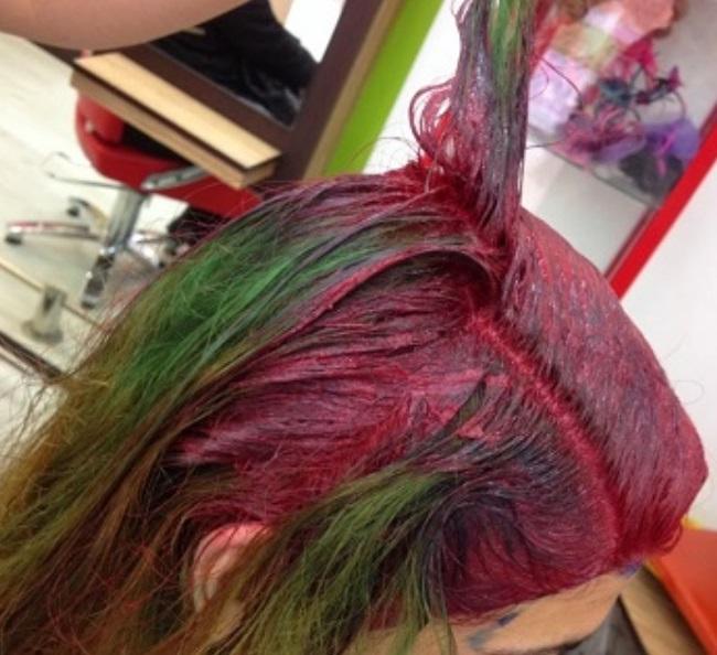 arreglo pelo verde a rojo